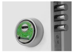 La membrana escudo BQ® se fabrica como principio activo con la intención de ser instalada mediante adhesivo de alta resistencia en la superfície exterior de un escudo de seguridad. El circuito flexible puede generar un aviso de alarma por tres tipos de señales: rotura de una de las pistas del circuito, contacto metálico sobre dos de las pistas o rotura del cable de comunicación. El escudo de seguridad ofrece protección al cilindro de la cerradura y resistencia física al conjunto del sistema de cierre. Aúna en un mismo dispositivo tecnología de pronta detección BlueQuotient® con tecnologías de protección ROK, KRIPTON y manganeso.